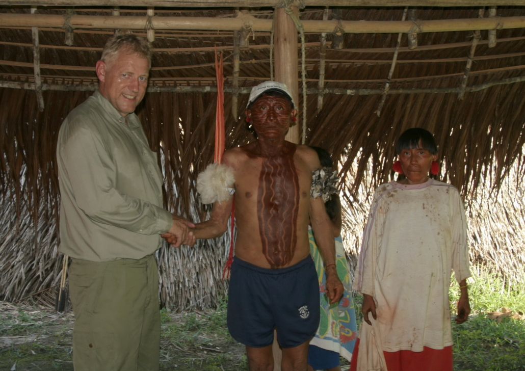 2006: I Humbolt's spor 800 km i kano besøg hos uspoleret Yanomami landsby 150 km oppe ad og nær udspring af Siapa River(sideflod til Casaqui, der forbinder Amazonas og Orinoco). Kaare Vagner med Yanomami høvding og hans kone. De havde ikke haft besøg af fremmede i 2 år. Havde ikke alkohol eller skydevåben. Berømt for Yopo en slags narkotika, som de blæser op i i næsen på hinanden via lange pusterør. Lever af landbrug og fiskeri. Fotograf Steen Vagner.