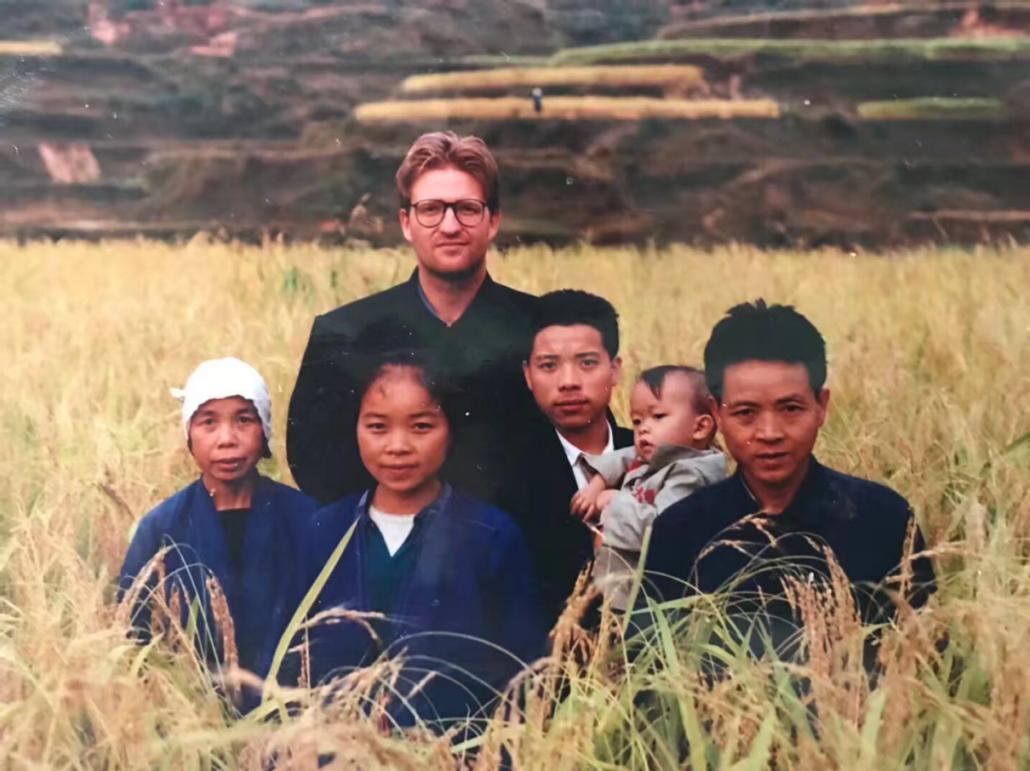 Henrik Bjørn Billede 1, Dudong Township, Guangxi Province, Kina, 1992. Medlem nr. 473 Henrik Bjørn, med værtsfamilien under etnografisk feltarbejde. Foto, Henrik Bjørn (selvudløser)